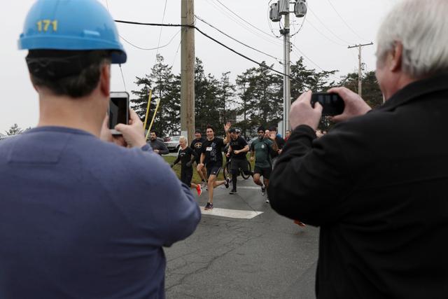 加拿大总理23分钟跑5公里 关键是要与人交谈,要配合拍照,配速还在5分以内
