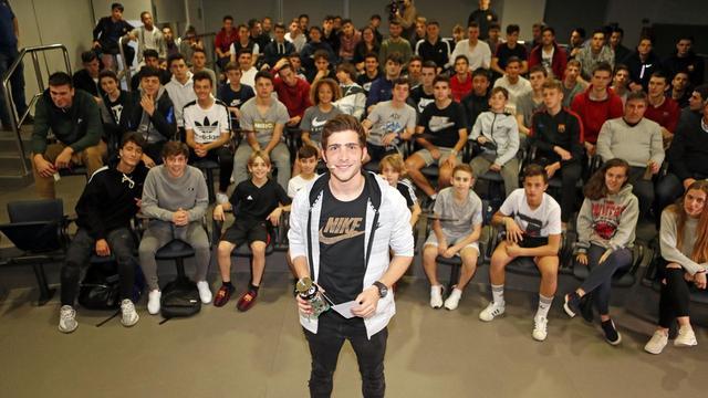 罗贝托给拉玛西亚球员们讲课