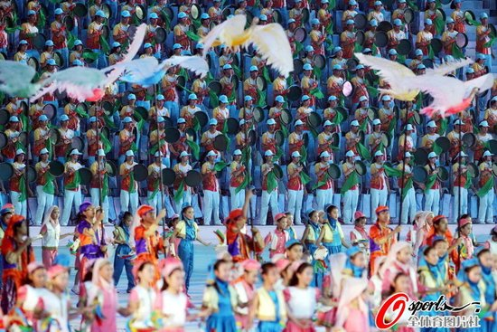 闭幕式再现亚洲大联欢 经典歌声永留羊城
