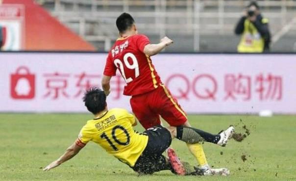 谭龙控诉郑智:差点给我废了 名记称应吃红牌