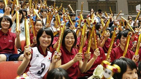 中日女排决战拉开 日本啦啦队阵势惊人
