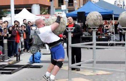 俄大力士参赛出意外!被300斤巨石压倒身亡