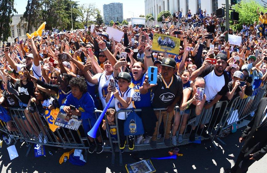 勇士夺冠游行,150万球迷涌上街头