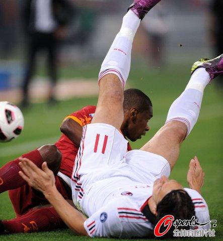 图文:AC米兰客场挑战罗马 伊布复出状态低迷