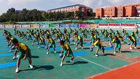 高清:姚明进校园献爱心 学生表演集体篮球操