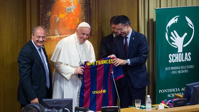 巴萨一行拜访教皇 梅西推动远程视频足球教学