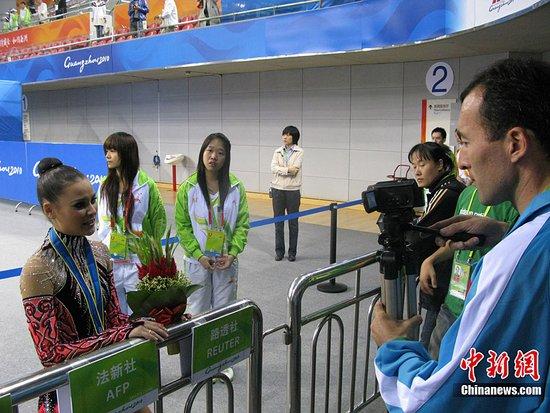 图文:艺术体操赛场花絮 我也想做明星