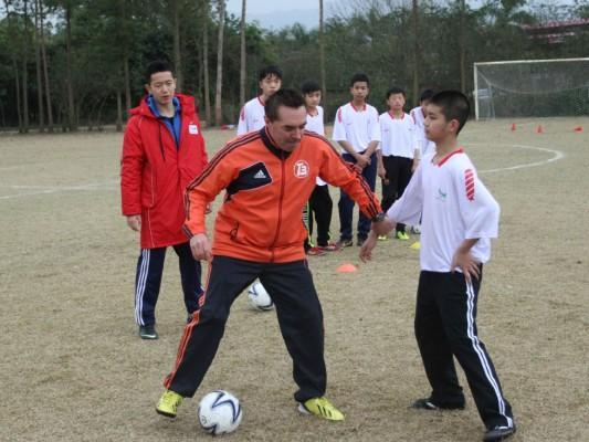 校园足球冬令营开营 256名球员接受专家指导