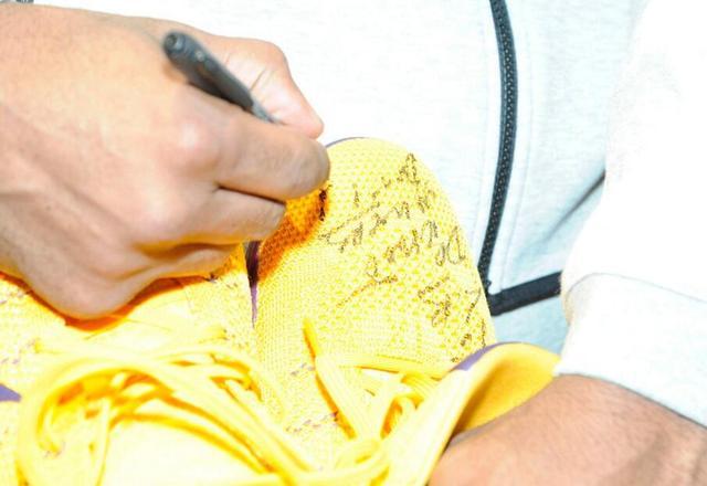 科比送詹皇签名战靴 飞侠:欣赏他合群的性格