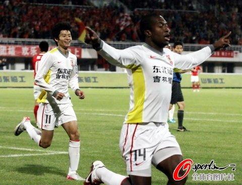 广州客场1-2长春赛季首败 90后绝杀郑智红牌