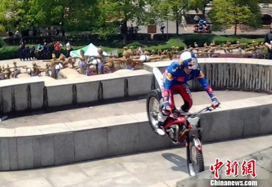 中外车手决战万佛山 骑摩托车攀爬两千米栈道