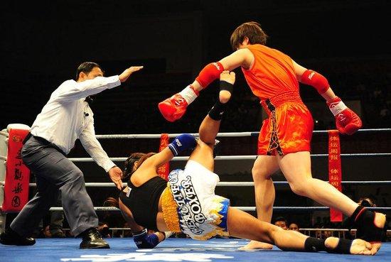 变性拳王似纸老虎 散打一姐用拳将其打回原形