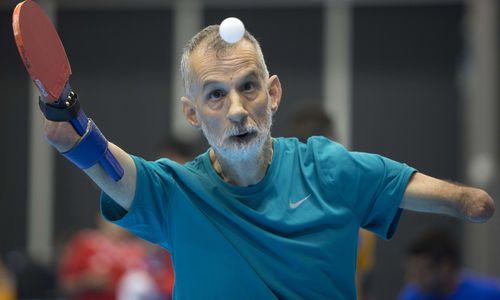 励志!无双手男子坚持打乒乓球 正手拍凌厉