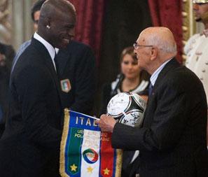 意大利总统接见回国功臣 与巴神亲切握手