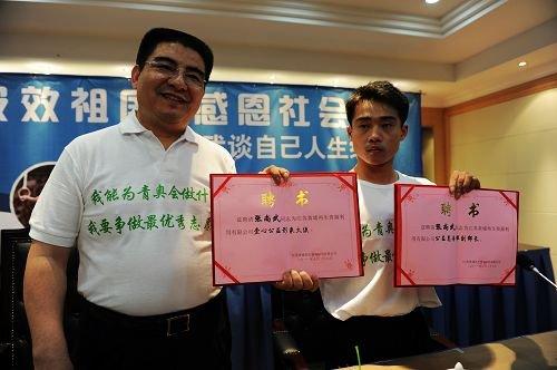 张尚武抵南京签劳务合同 陈光标亲赠八万现金
