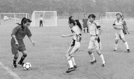 农村小学女足踢进世界大赛 曾挖野草铺训练场