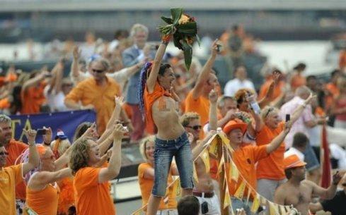 荷兰回国球迷疯狂庆祝 性感美女脱衣裸奔(图)