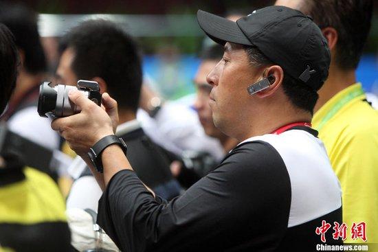 """图文:李永波亚运赛场客串""""摄影记者"""""""