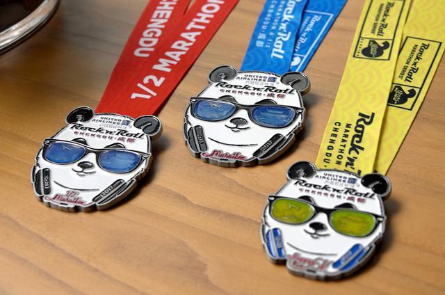 成都摇滚马拉松奖牌发布 熊猫酷炫墨镜藏玄机