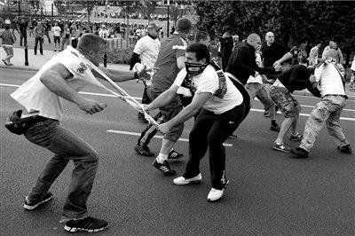 华沙街头发生大型骚乱 俄波球迷上演武林大会