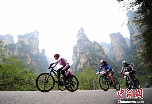 3000余自行车爱好者骑行张家界演绎 峰林舞蹈