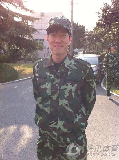刘翔微博分享军装照 网友热评穿出另一种味道