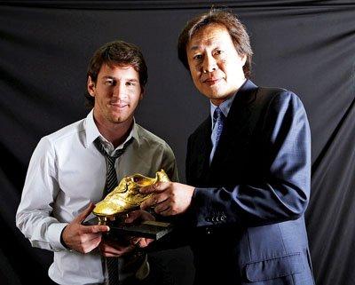 中国记者亲手颁梅西金靴 单季平大罗纪录(图)