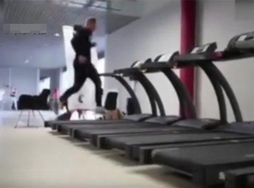 玩出新高度!小伙从一排跑步机上横跑而过