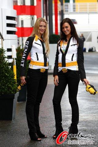 图文:F1比利时站开赛在即 长腿美女惹人眼