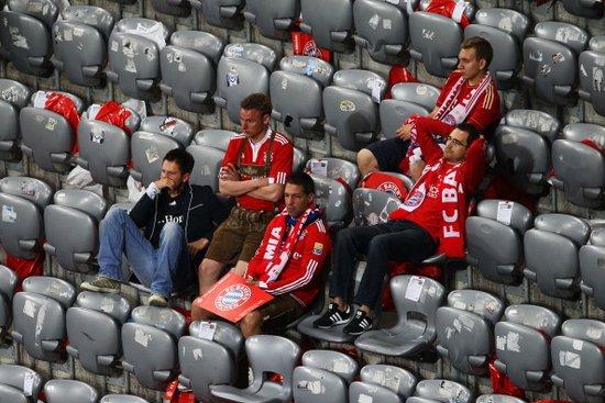 图文:拜仁在安联主场憾败 心碎球迷不忍离去