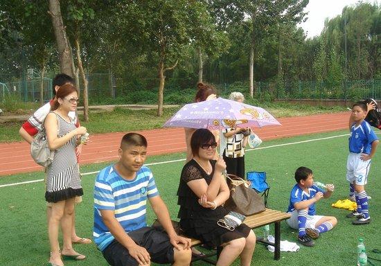 家长助战团赴夏令营看孩子比赛 给教练出点子