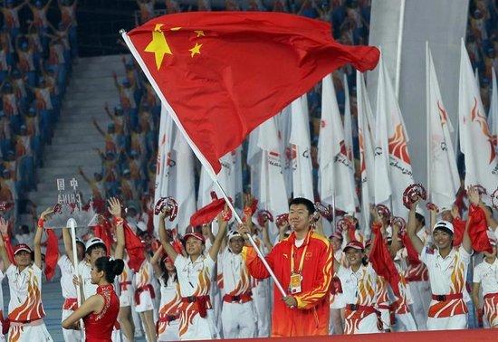 王治郅担任中国闭幕式旗手 33岁老兵完美谢幕