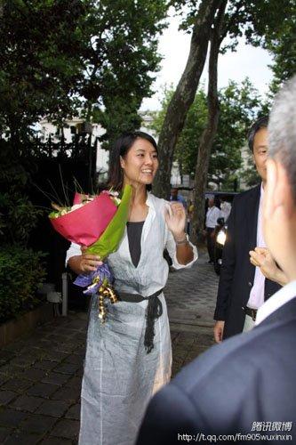 李娜盛装出席大使馆招待会 大吃饺子麻辣香锅