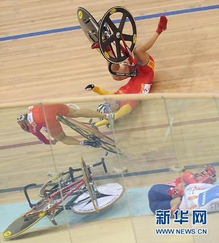 亚运自行车女子计分赛发生撞车事故 汤科蓉受伤