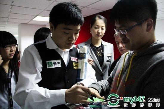 残疾球迷与小晖零距离 得亲笔签名京城终圆梦