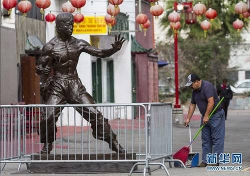 李小龙铜像现身洛杉矶 手拿双节棍架式非凡