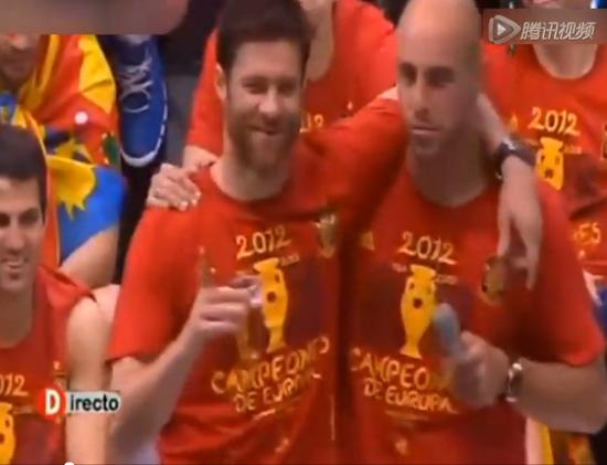 西班牙庆典阿隆索最萌 喝醉上台吆喝球迷同饮