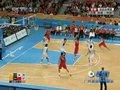 视频:男篮决赛 朱芳雨罚球线附近跳投得分