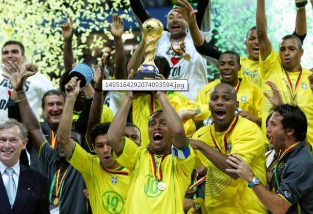 罗纳尔迪尼奥率巴西队捧得2005年联合会杯