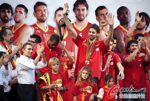 西班牙凯旋马德里狂欢 首相盼望球队伦敦夺冠