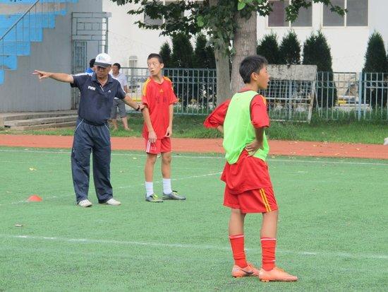 FIFA讲师亲上阵授射门经验 鼓励小球员多射门