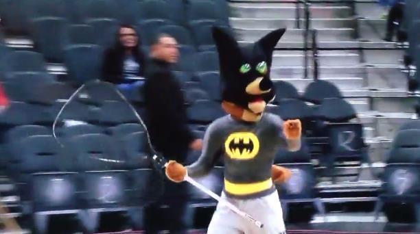 马刺坑爹主场再现意外 蝙蝠又乱入吉祥物立功
