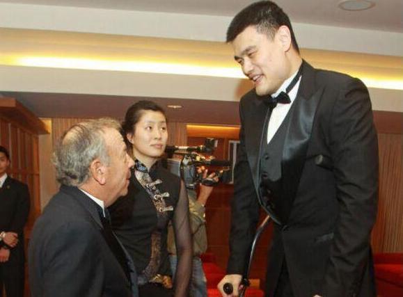 火箭老板:会退役姚明球衣 在中国仍最受欢迎