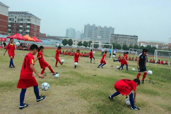 姜堰市校园足球夏令营 女足国脚传授颠球技巧