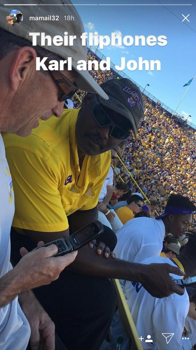 犹他双煞现身橄榄球赛场 两人竟仍在用翻盖手机