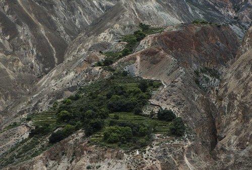 女子车队川藏行沿途美景 穿行在山峰怪石之中