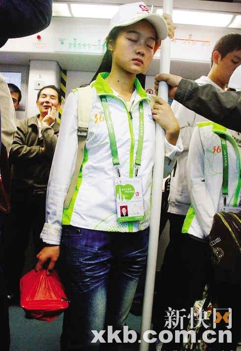地震灾区走出志愿者 太忙太困地铁中站着睡觉