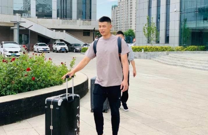 组图:北京男篮全队出征 疫情之下提前前往复赛地