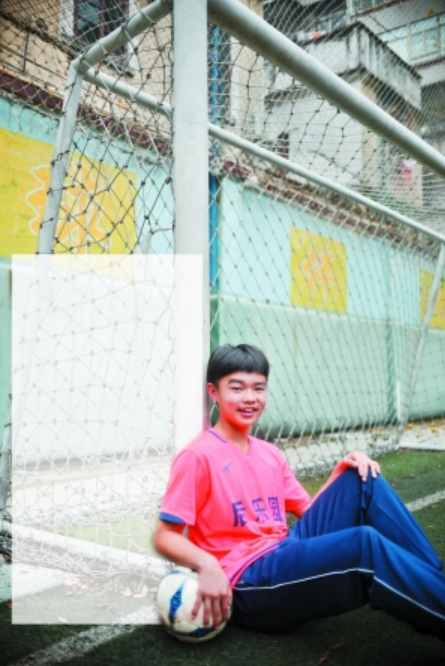12岁足球小将征服队友 未来盼和梅西一起踢球