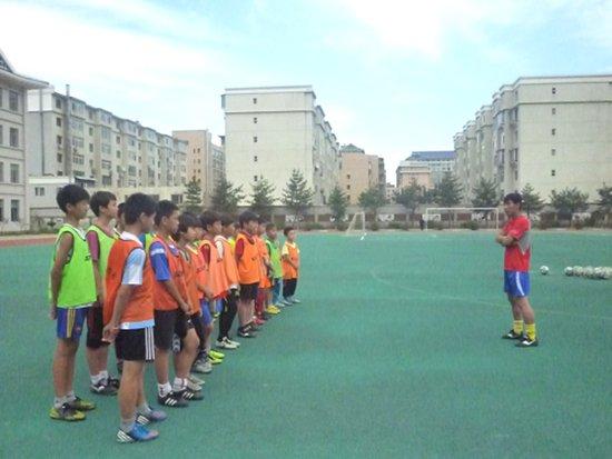 延吉建工小学:学生人手一足球 专业教师指导